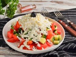 Класическа шопска салата с домати, краставици, печени чушки, лук и натрошено сирене - снимка на рецептата